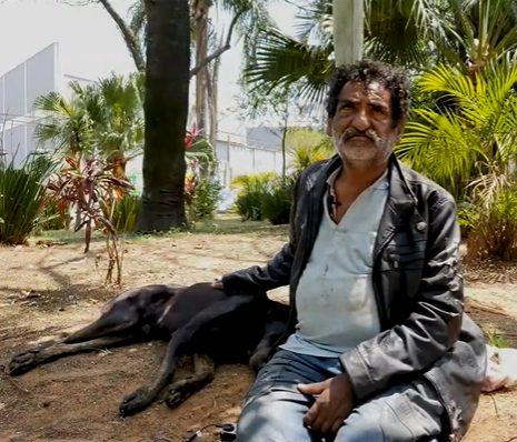 moador de rua ao lado do seu cachorro