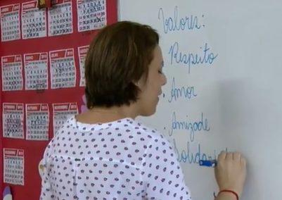professora escrevendo na lousa na aula de ética