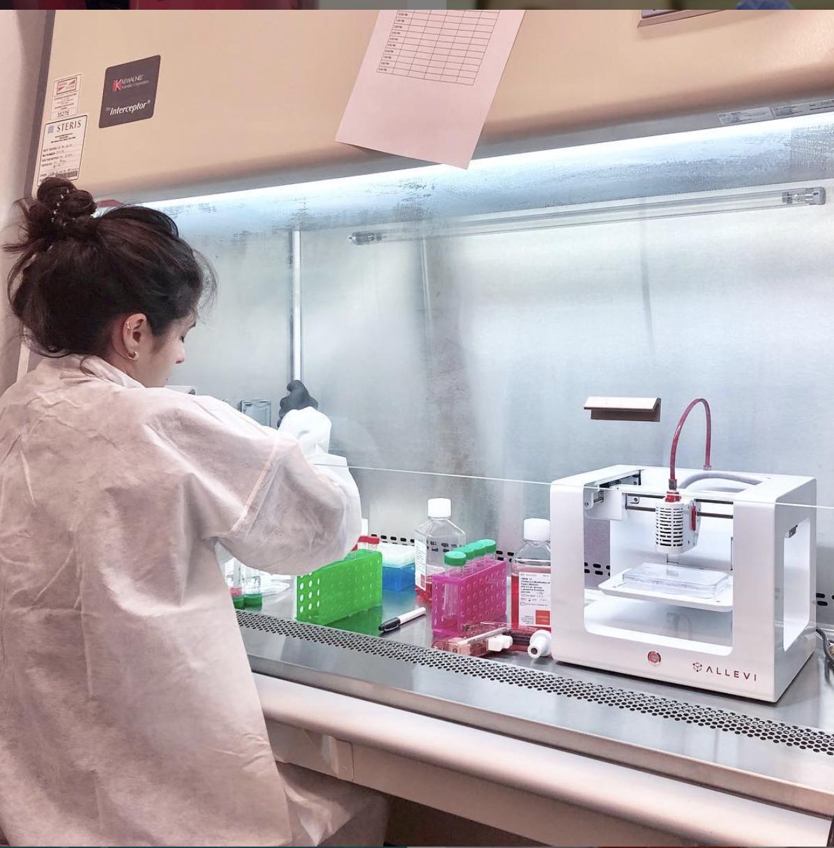 jovem cientista Taciana desenvolvendo pesquisa com o uso de bioimpressão 3D