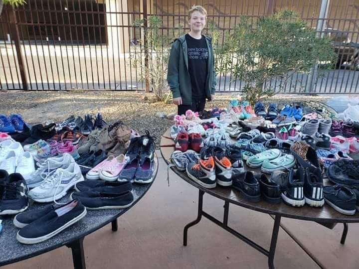 Jovem agredido bullying sapatos campanha doação pessoas carentes
