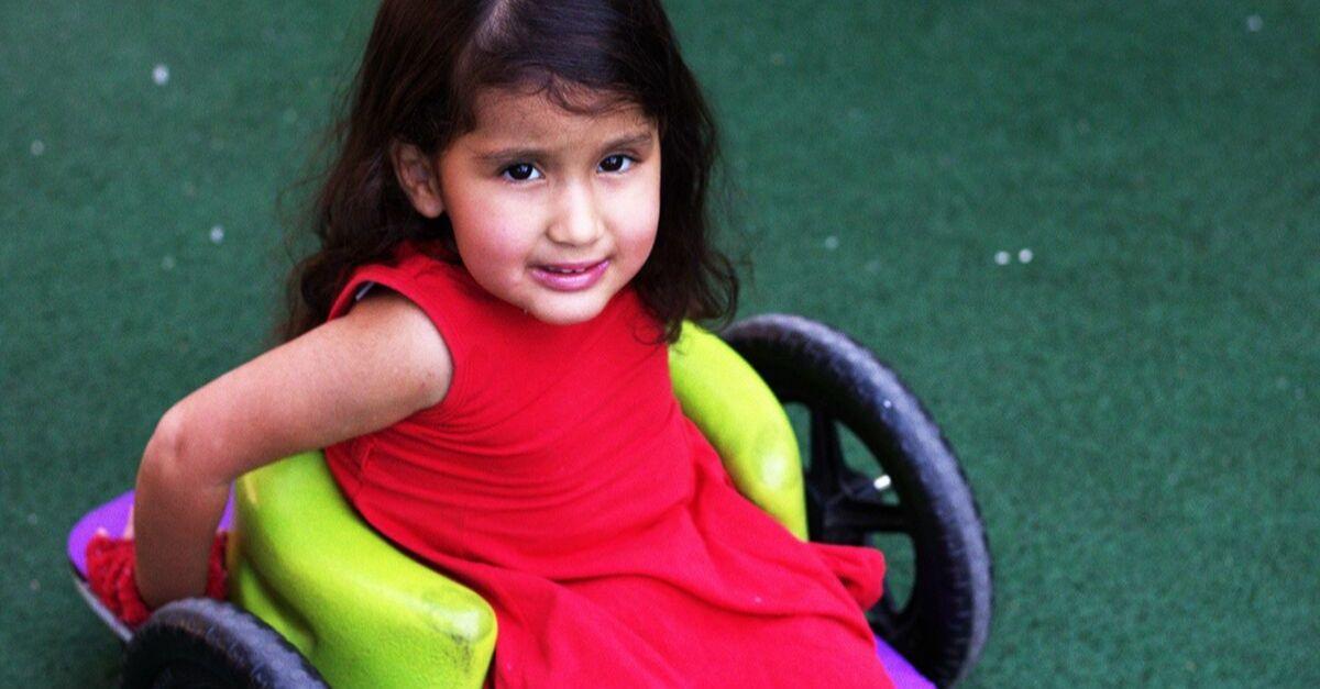 criança em cadeira de roda especial