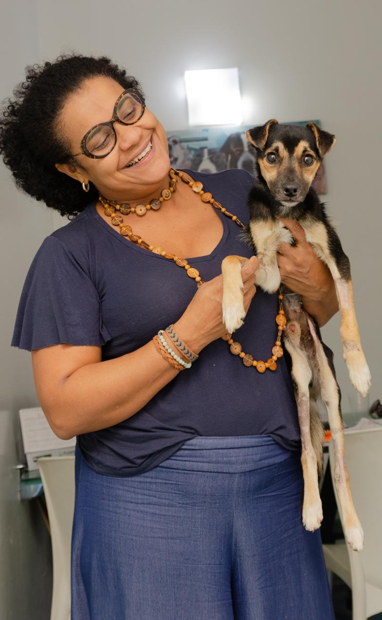 mulher segurando cãozinho