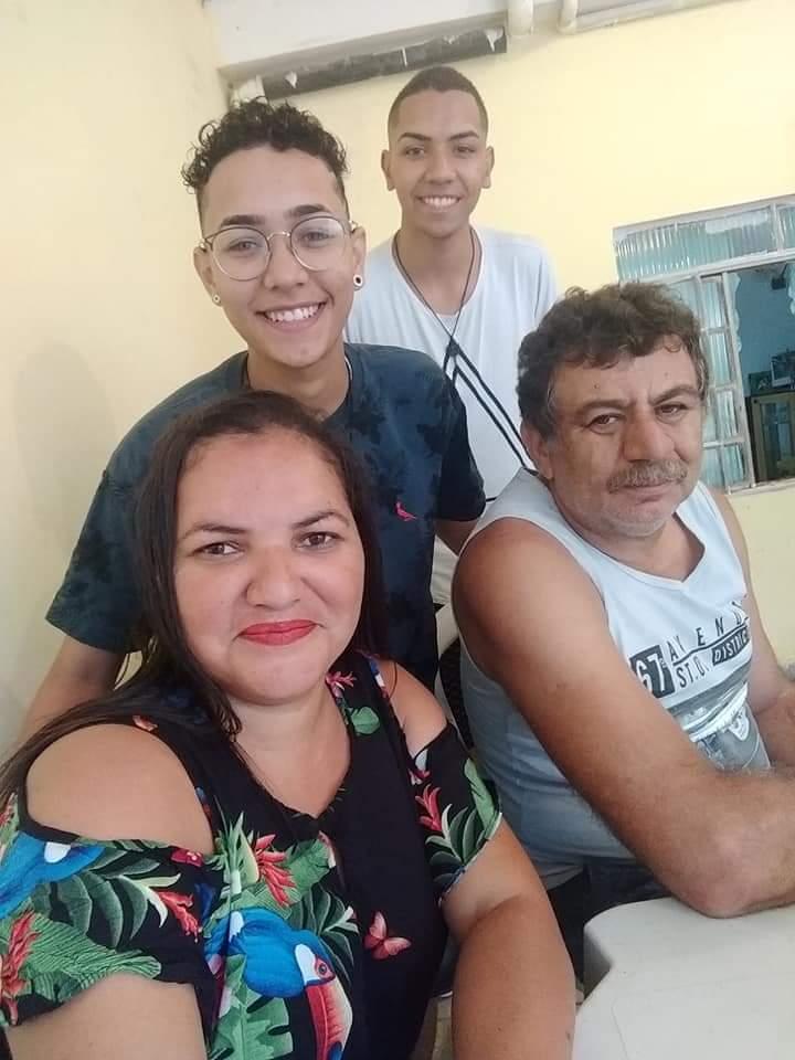 homen trans com a mãe, padrasto e irmão