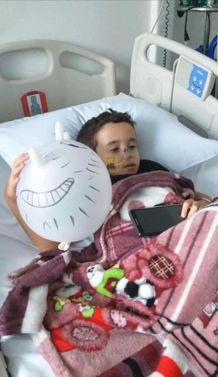 criança deitada cama hospital