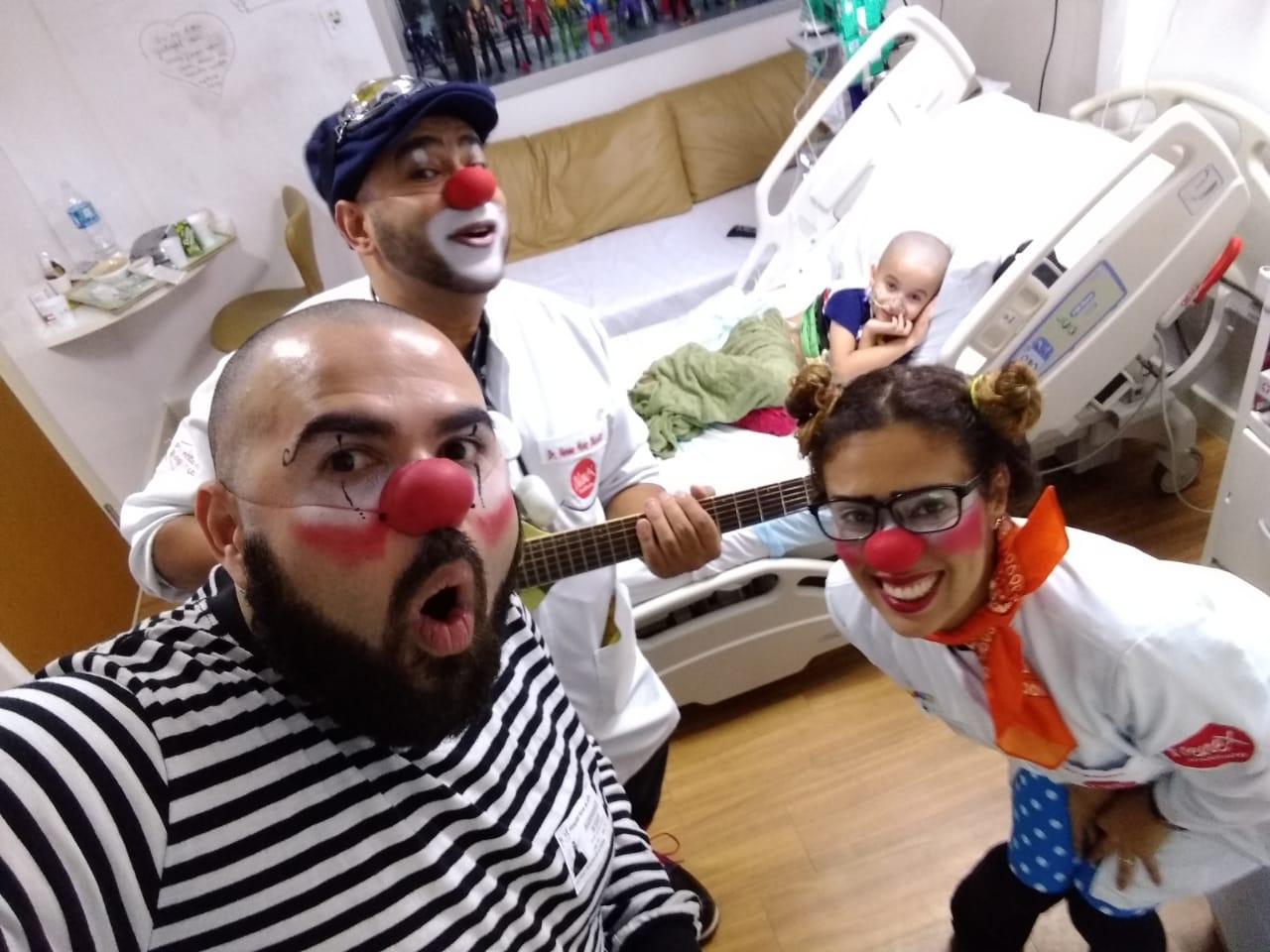 grupo palhaços visita criança hospital