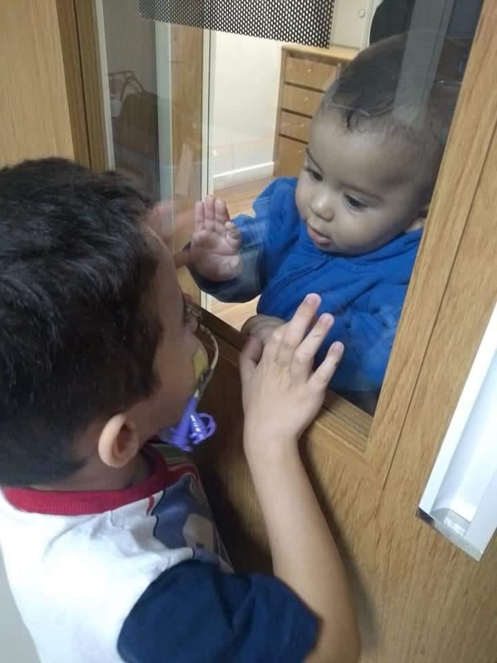 crianças conversando por espelho