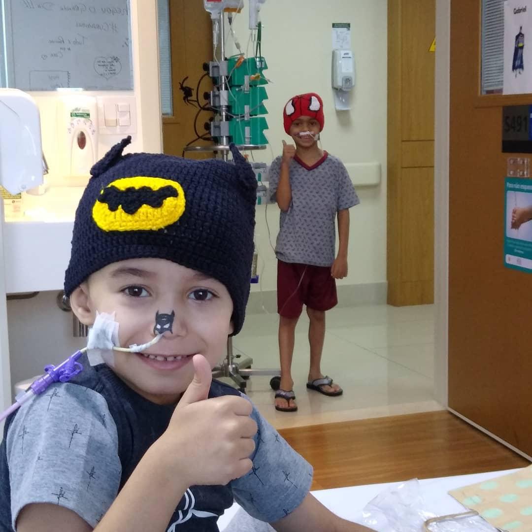 crianças hospital fantasiadas super-heróis