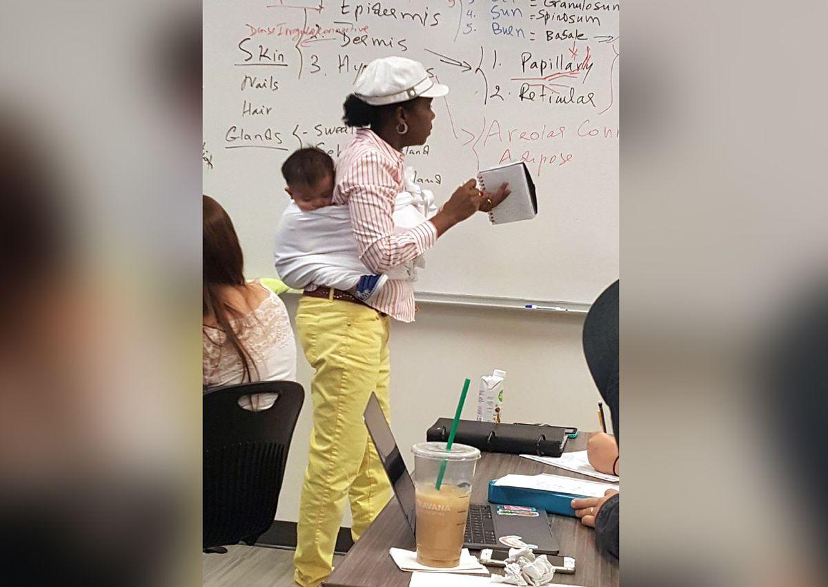 Professora cuida bebê aluna aula dever
