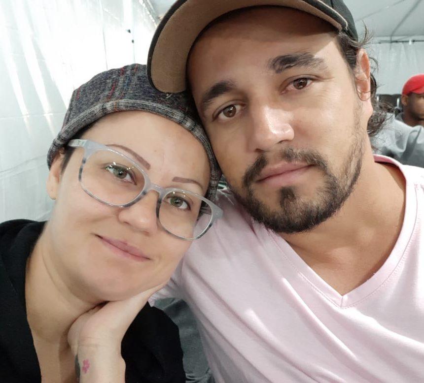 mulher com câncer de mama ao lado do marido