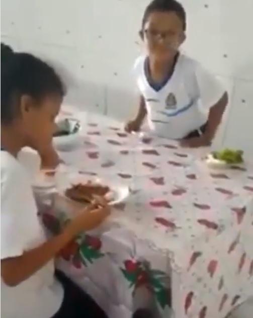 menino prato de comida amiga autista