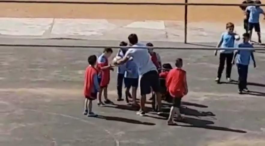 Professor inclui aluno cadeirante em partida de futebol
