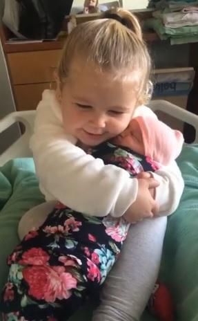 Menina amor irmã bebê recém-nascida