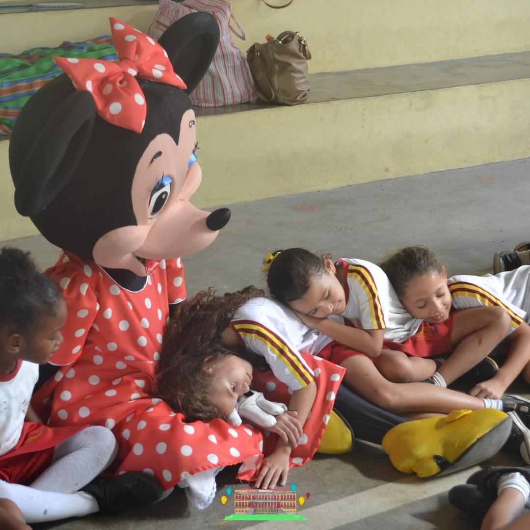 Crianças ganham material escolar, alimentos e calçados com festa promovida por ONG de Fernanda Gentil 3