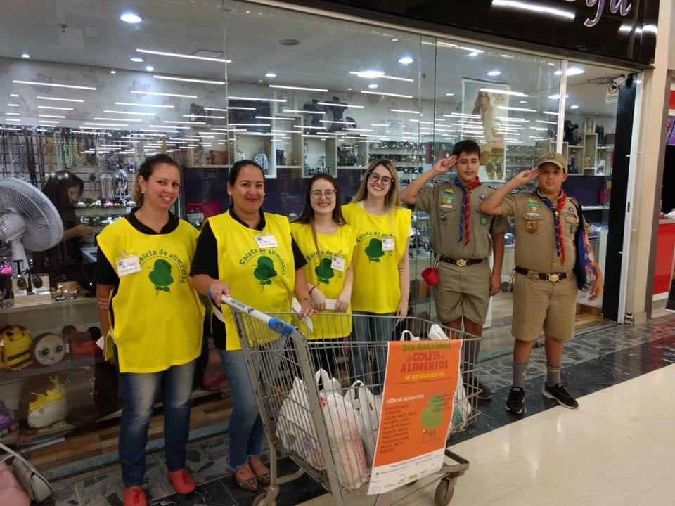 voluntários no dia nacional da coleta de alimentos