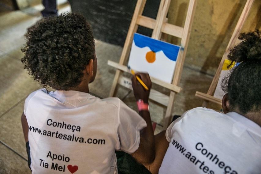 crianças em aula do projeto A Arte Salva em Jardim Gramacho