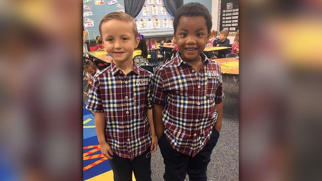 Amigos se vestem iguais dia do gêmeo