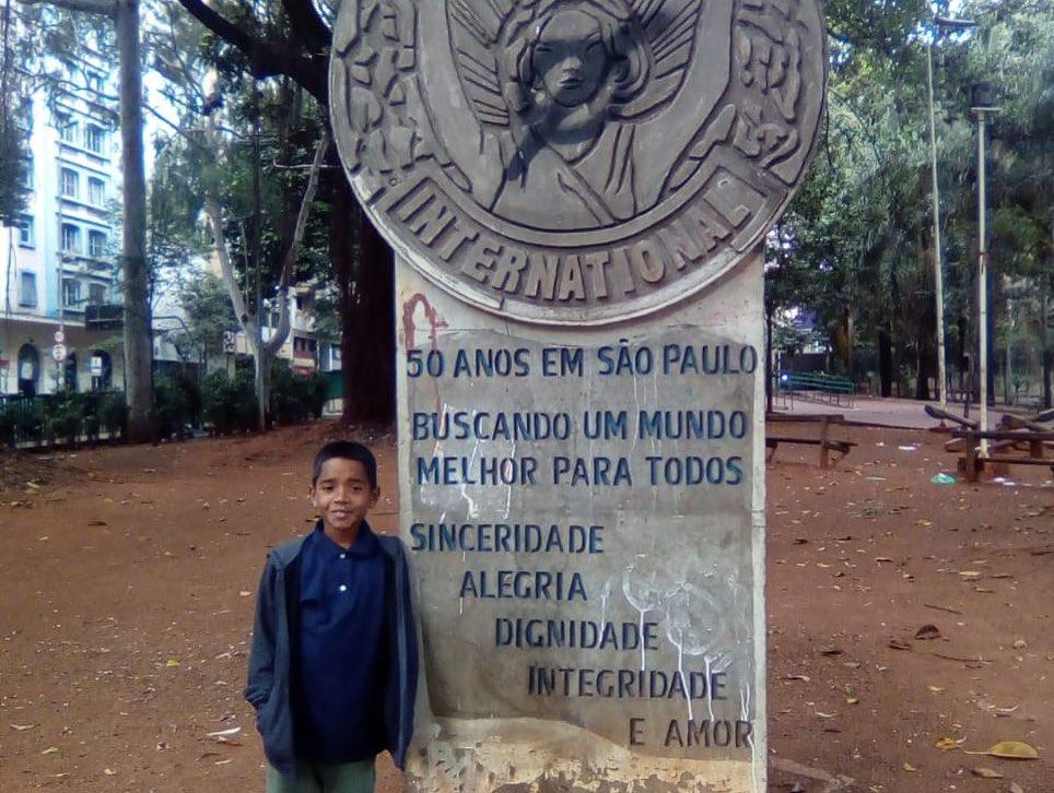 menino que vendia salgados em São Paulo