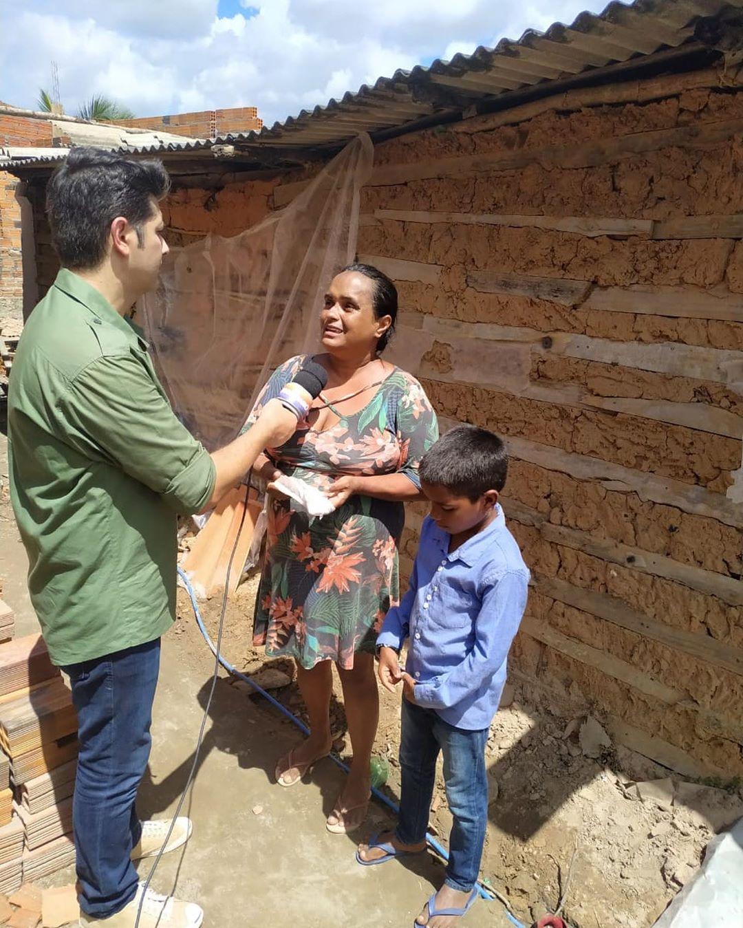 menino que vendia salgados ao lado mãe sendo entrevistada para Hora do Faro