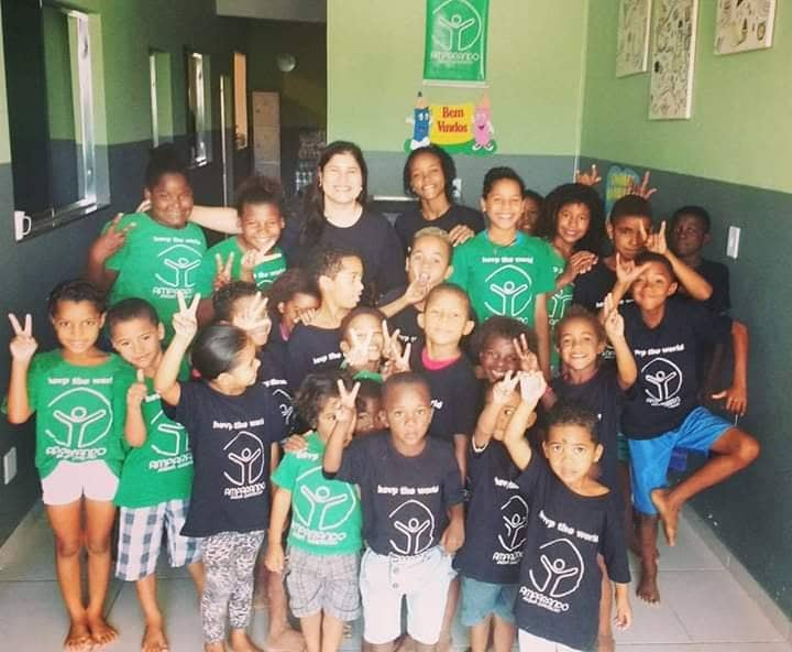 crianças do instituto ajudado pela Fernanda Gentil em foto dentro da sede