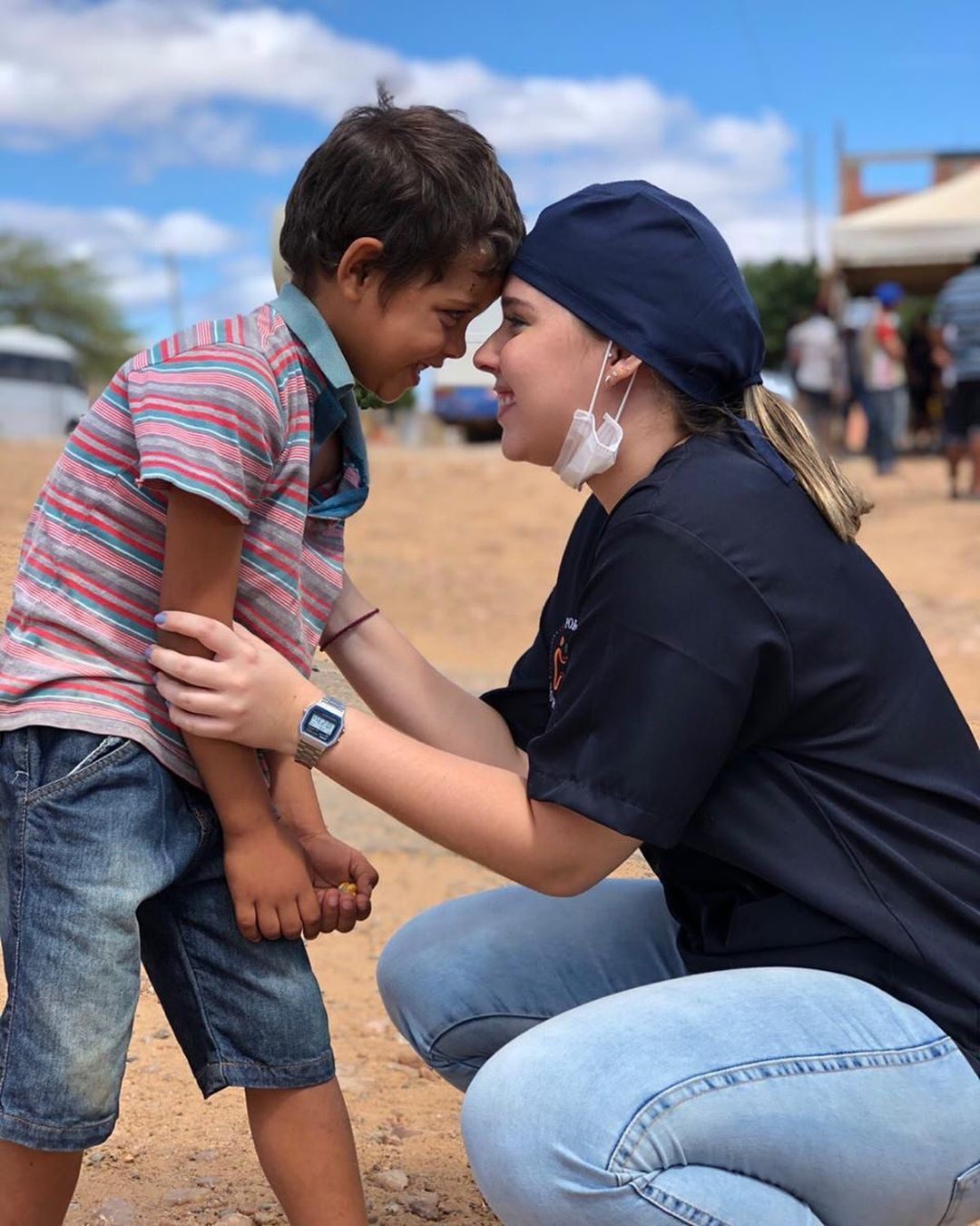 dentista da ONG Por1sorriso com uma criança
