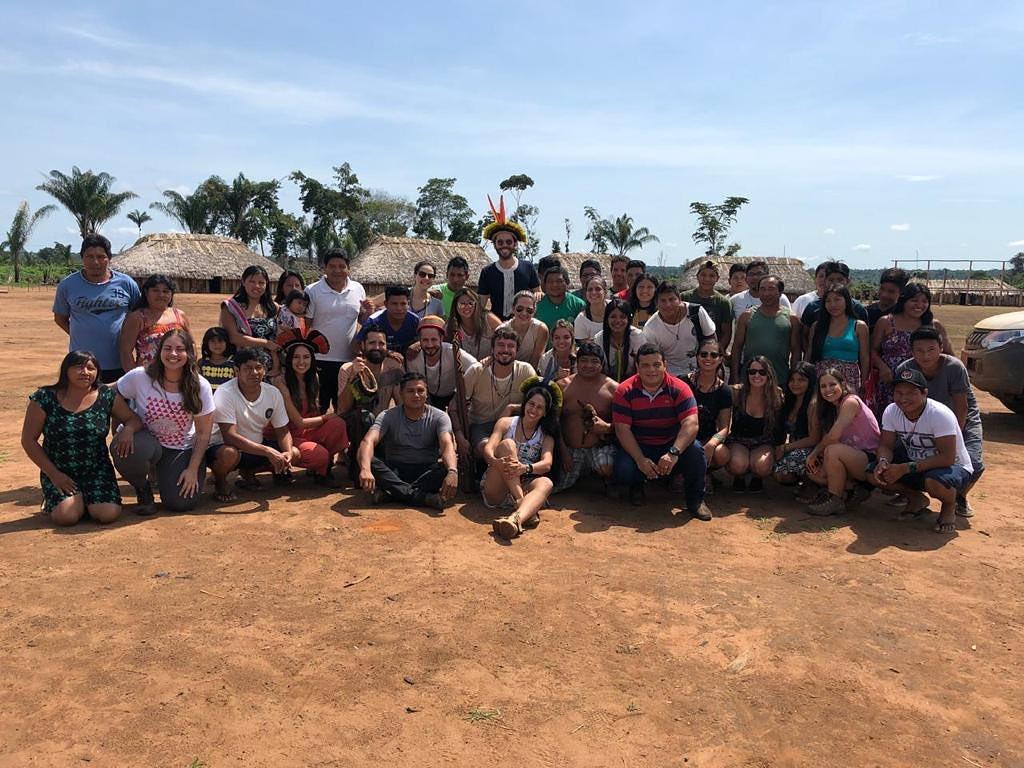 voluntários da ONG Por1sorriso com os indígenas do Parque Indígena do Xingu