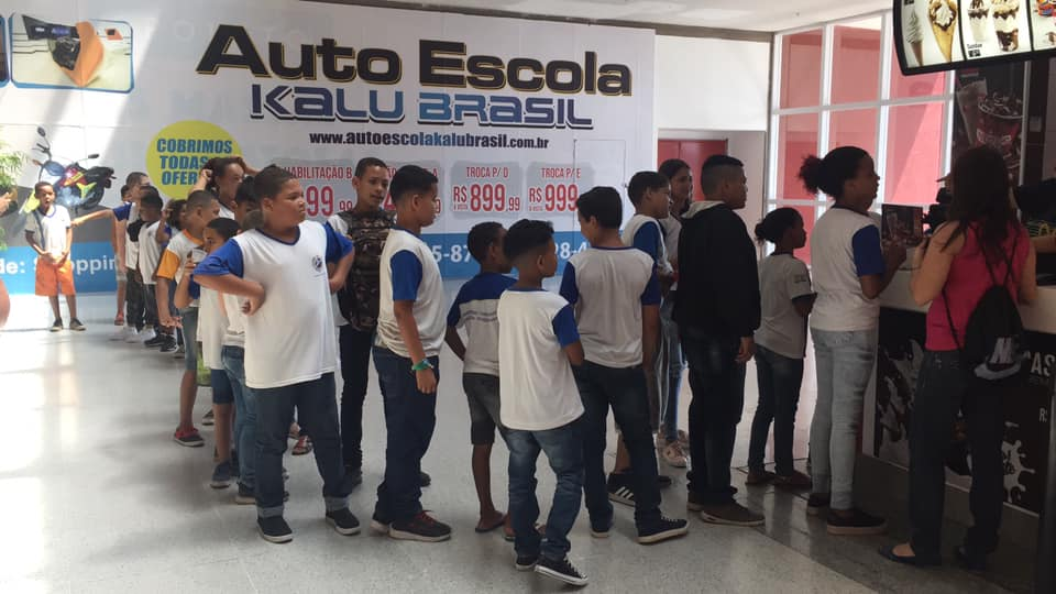 Anônimo compra 38 sorvetes para crianças e professoras em shopping do RJ 2