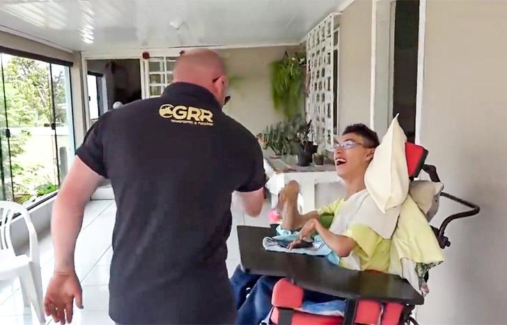 Jovem com paralisia cerebral paixão por caminhões