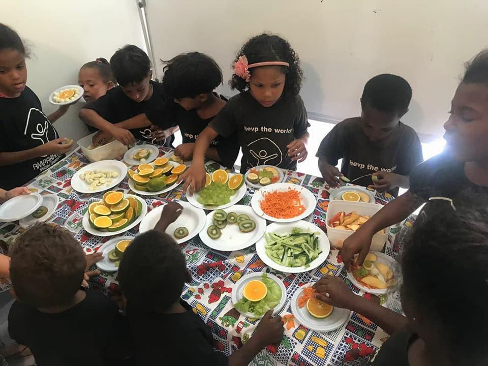 crianças do Instituto Amparando na aula de nutrição
