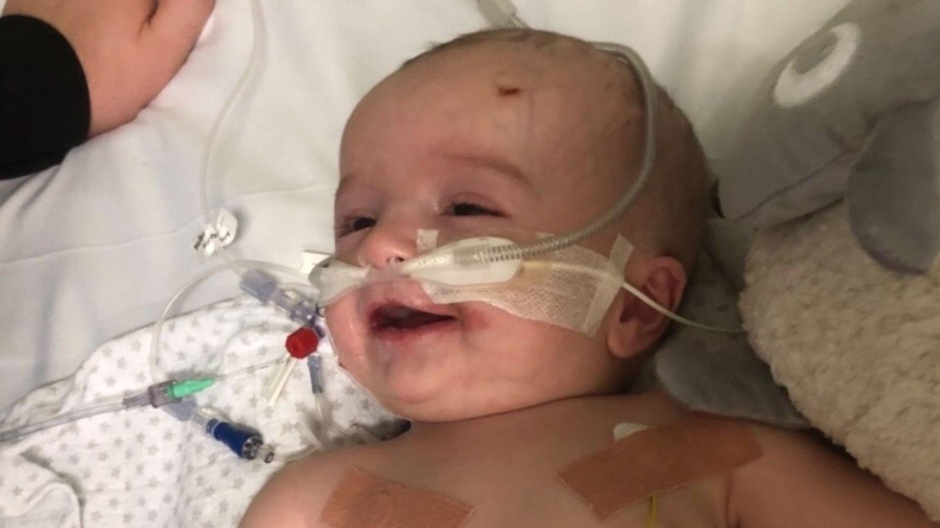 Bebê acorda e sorri para o pai após ficar coma