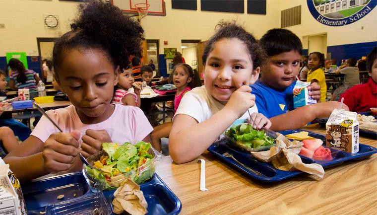 Americano paga dívida de almoço de 400 crianças para voltarem a comer na escola 1