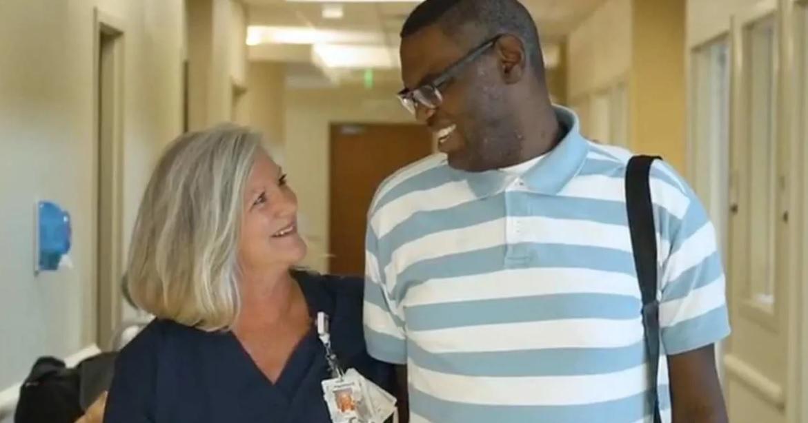 Enfermeira adota homem autista com doença cardíaca