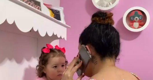 Filha de dois anos ajuda mãe cega a usar celular