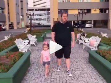 Frame de vídeo Clarinha caminhando com pai cego