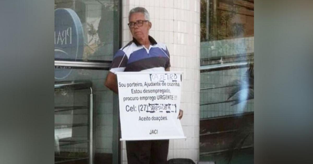 Vaquinha para porteiro com cartaz pedindo emprego bate meta em menos de 24h