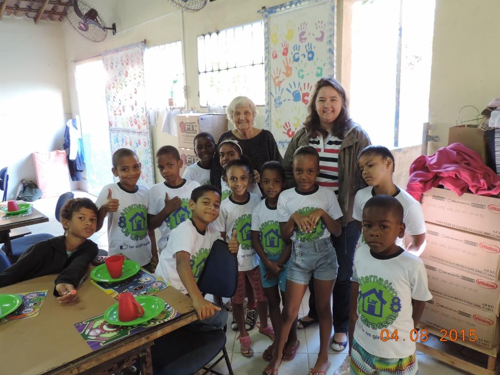 educadoras com os alunos que recebem suporte da ONG Caslu A+B