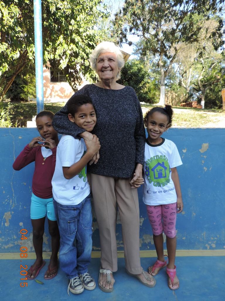 diretora de creche carente com os alunos que recebem suporte da ONG Caslu A+B