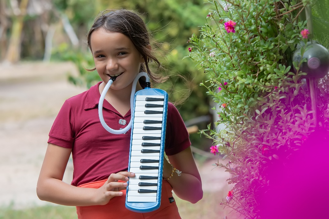 menina tocando teclado