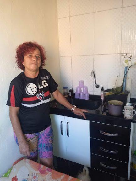 Moradora feliz que superou a depressão após reforma da casa pelo Vivenda