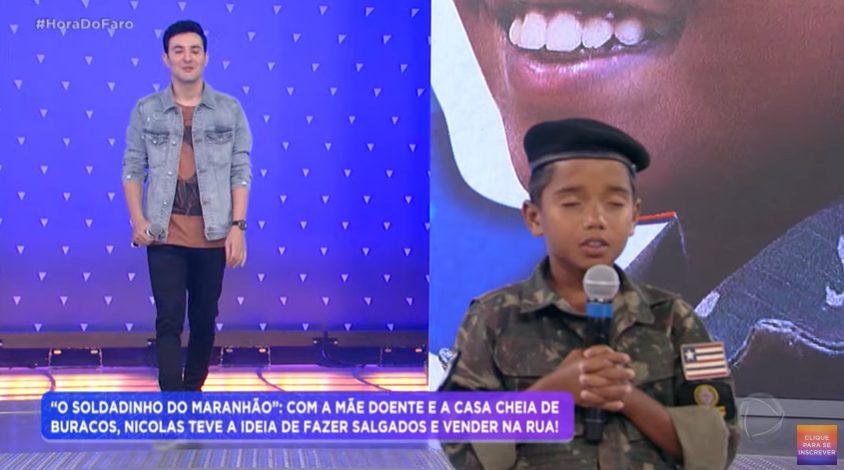menino que vendia salgados em gravação para o programa Hora do Faro