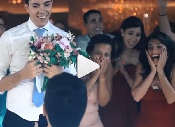 Homem pede namorado em casamento no casamento da irmã dele