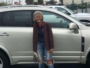 Mulher caminhava vinte quilômetros para trabalhar ganha carro de presente