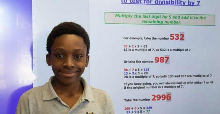 Garoto nigeriano fórmula matemática estudo Divisão