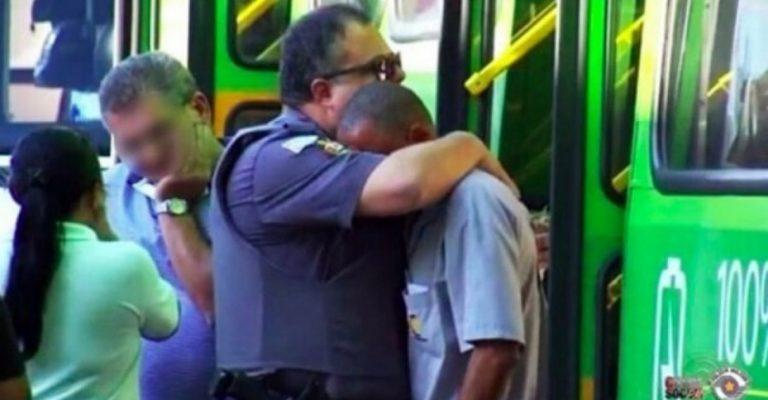 PM consola motorista de ônibus após acidente