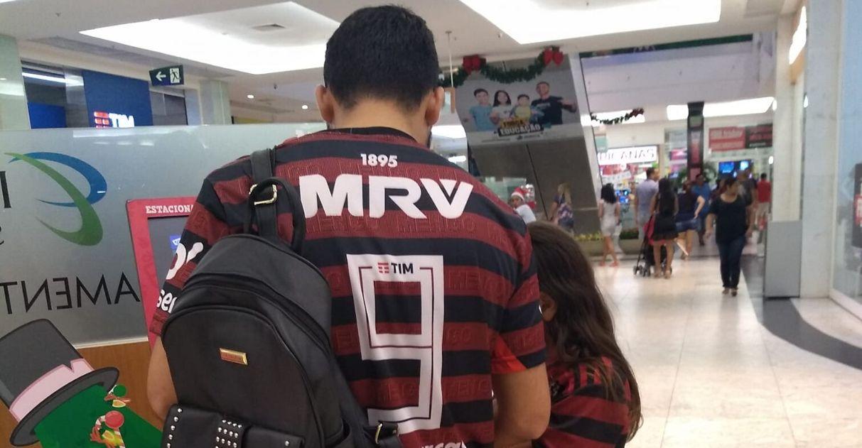Tio vascaíno veste camisa do Flamengo para torcer com sobrinho