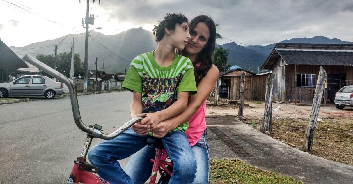Mãe pedala todos os dias para acalmar filho autista