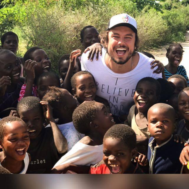 dentista com crianças do Moçambique