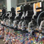 Cadeiras de rodas sobre sacos com milhares de tampinhas