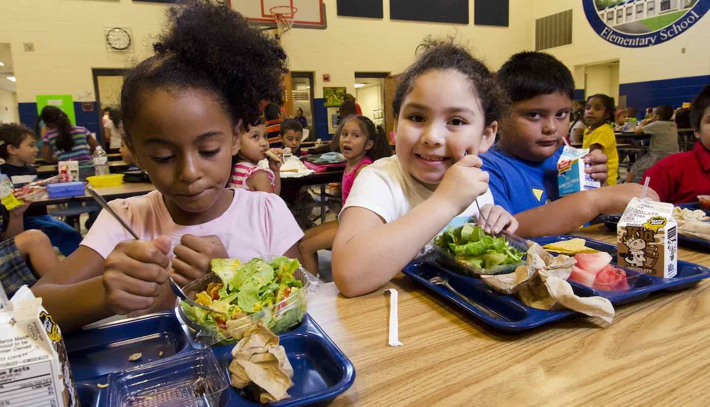 Homem sem filhos paga almoço de crianças