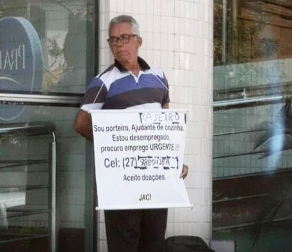 porteiro com cartaz pedindo emprego