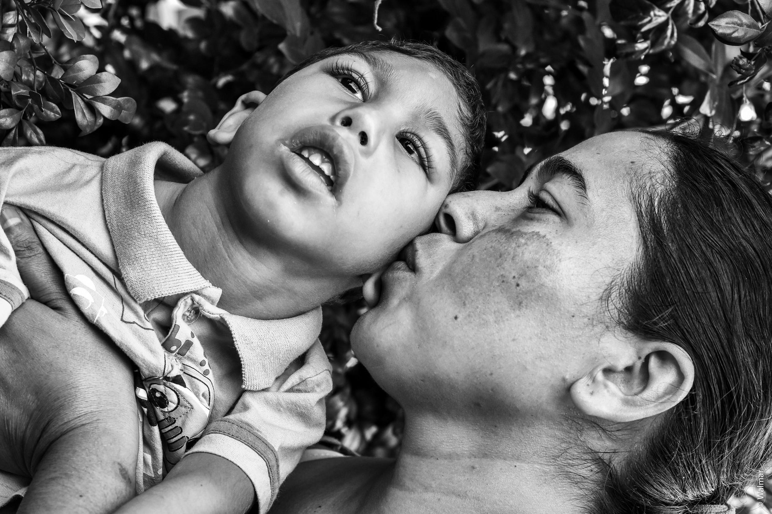 Ensaio fotográfico relação amor pais filhos microcefalia